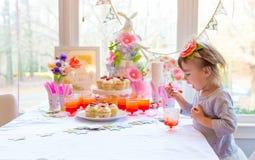 Liten litet barnflicka som äter efterrätten fotografering för bildbyråer