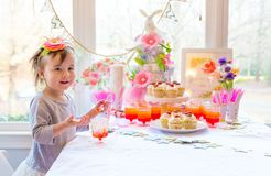 Liten litet barnflicka som äter efterrätten royaltyfria foton