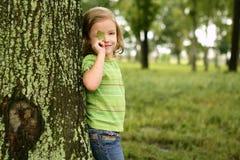 Liten litet barnflicka som leker på parken Arkivbild