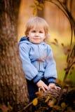 Liten litet barnpojke i höstpark Royaltyfri Foto