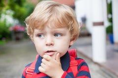 Liten litet barnpojke på väg till dagiset royaltyfri fotografi