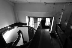 Liten loft för europeisk stil med roterande svartvit bild för trappa royaltyfria bilder