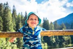 Liten lycklig utomhus- barnlitet barnpojke arkivfoton