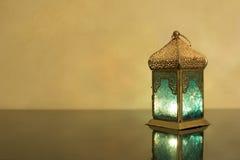 Liten lykta på ett mörkt exponeringsglas Royaltyfri Bild