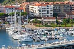 Liten marina av den Propriano semesterortstaden, Korsika Arkivbild