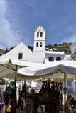 Liten marknad mitt emot den San Antonio kyrkan i Frigiliana - spansk vit by Andalusia Royaltyfria Foton