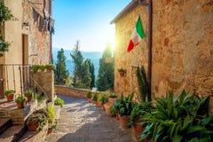 Liten medelhavs- stad - älskvärd Tuscan stree Arkivbilder