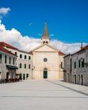 Liten medelhavs- stad i sydliga Dalmatia Arkivfoton