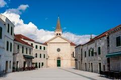 Liten medelhavs- stad i sydliga Dalmatia Arkivbilder