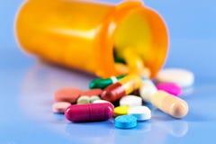 Liten medicinflaska med medicinska droger Royaltyfri Foto