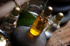 Liten medicinflaska med nödvändiga oljor Arkivbilder