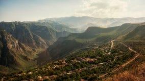 Liten by mellan bergen i Armenien Arkivfoton