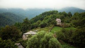 Liten by mellan bergen i Armenien Royaltyfria Foton