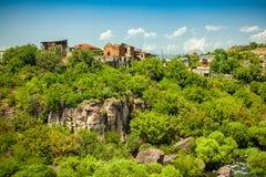 Liten by mellan bergen i Armenien Arkivbild