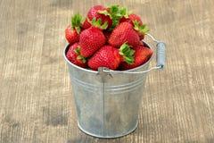 Liten metallhink med jordgubbar Fotografering för Bildbyråer