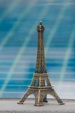 Liten modell av Eiffeltorn- och simbassängbakgrund fotografering för bildbyråer
