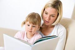 liten moder för bokflicka som tillsammans läs Royaltyfri Foto