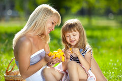 liten moderpicknick för dotter royaltyfri bild
