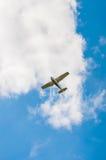 Liten-motor nivå i en blå himmel på en bakgrund av moln Arkivfoton