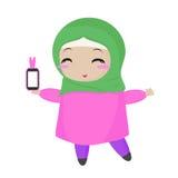 Liten muslimsk kvinna med telefonen Royaltyfria Bilder