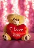 Liten nallebjörn med stor röd hjärta Arkivfoto