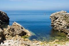 Liten naturlig liten vik i norrsidan av det Baleal näset, Peniche, Portugal Arkivfoton