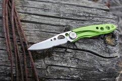 Liten och ljus kniv för dagligt bruk i staden Kniv med det aluminum handtaget och serratorbladet arkivfoton