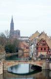 Liten och nätt-Frankrike. Beskåda till medeltida överbryggar Ponts Couverts och Strasb Arkivfoto