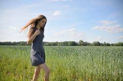 Liten och nätt kvinna och natur Arkivfoton