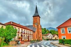 Liten och nätt-Raon La, stadshus och kyrkan Vosges avdelning, Frankrike Royaltyfri Fotografi