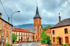 Liten och nätt-Raon La, stadshus och kyrkan Vosges avdelning, Frankrike Arkivfoton