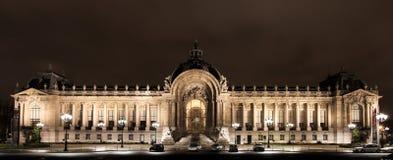 Liten och nätt slott i Paris, Frankrike. Fotografering för Bildbyråer