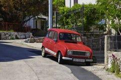 Liten oldtimer i mitt av historiska Vrbnik på den Krk ön på April 30, 2017 croatia Fotografering för Bildbyråer