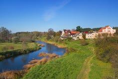Liten liten by på floden Royaltyfria Bilder