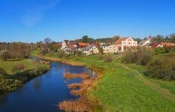 Liten liten by på floden Royaltyfri Bild