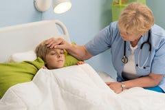Liten patient som har hög feber Arkivfoton