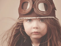 Liten pilot Girl med hatten Arkivfoto