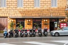 Liten pizzeria i Rome Arkivbild