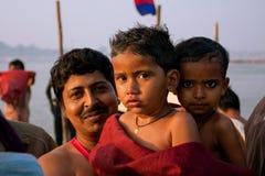 Liten pojkar och fader efter bad i Gangesen Royaltyfria Bilder