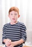 Liten pojke för stående som skrämmas med den öppna ögonsneda bollen Arkivfoton