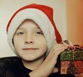 Liten pojke i den santa hatten Arkivbilder