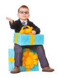 Liten pojke i spectecles med stor gåva Arkivbilder