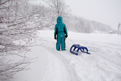 Liten pojke på snö Arkivbilder