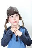 Liten pojke som bär den historiska lädermotorcykelhuven som ser till bästa vänstert Arkivbild