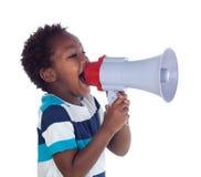 Liten pojke som ropar till och med en megafon Royaltyfri Fotografi
