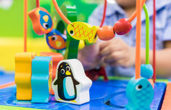 Liten pojke som spelar med den djura labyrintleksaken Royaltyfria Foton