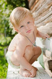 liten pojke utomhus Royaltyfria Bilder