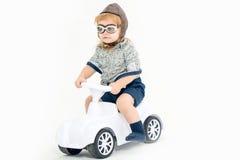 Liten pojkechaufför eller pilot som isoleras på vit Arkivfoto