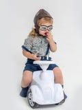 Liten pojkechaufför eller pilot som isoleras på vit Arkivbild