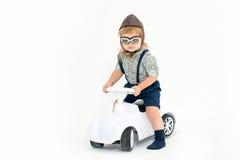 Liten pojkechaufför eller pilot som isoleras på vit Royaltyfria Foton